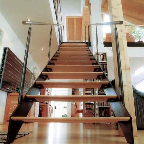 bild herunterladen 500 x 500 - Treppe Mitten Im Wohnzimmer